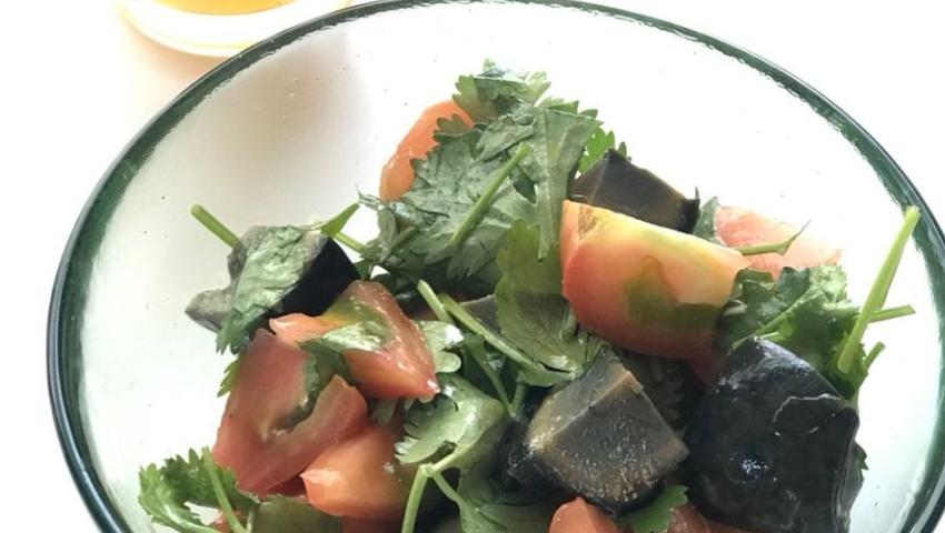 トマトとピータンのサラダ